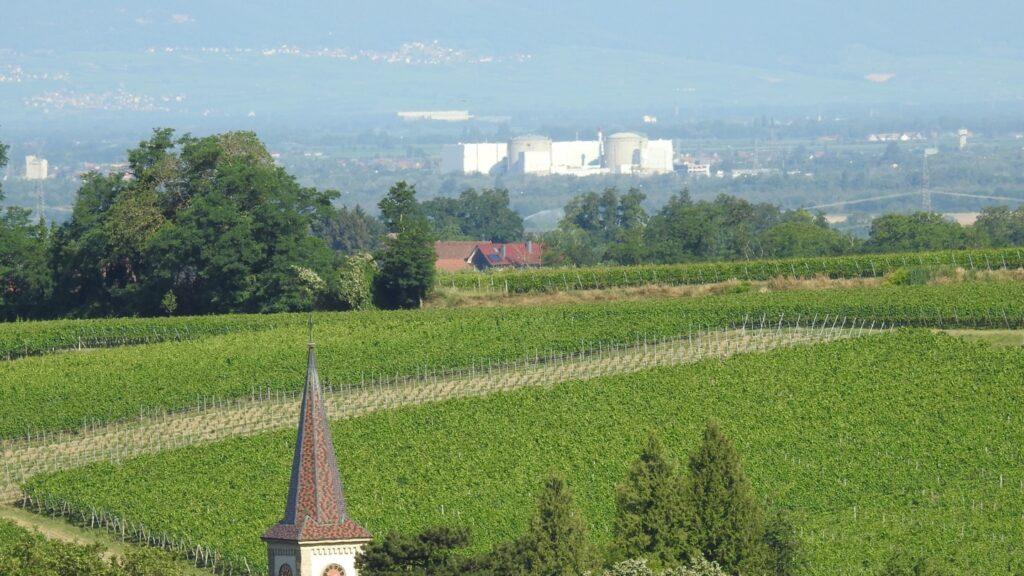 Blick vom Laufener Altenberg über Laufen zum Kernkraftwerk Fessenheim (Frankreich)